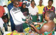 Malawi Congress Partymembers donate to patients